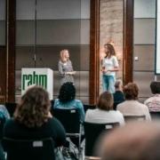Karin Schiller-Moll, Physiotherapeutin und Christin Pathrose beim Vortrag über die Lymphdrainage
